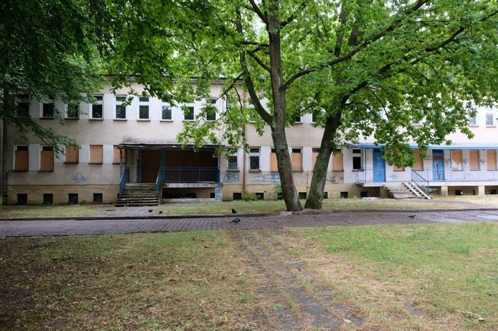 Aktualne zdjęcie budynku dawnej przychodni (link otworzy duże zdjęcie)