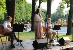 Naz zdjęciu wokalistka Anna Przedlacka, gitarzysta oraz kompozytor Maciej Turkowski i Mateusz Mazurek (g