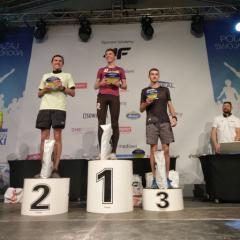 Kamil Jastrzębski na pierwszym stopniu podium (link otworzy duże zdjęcie)