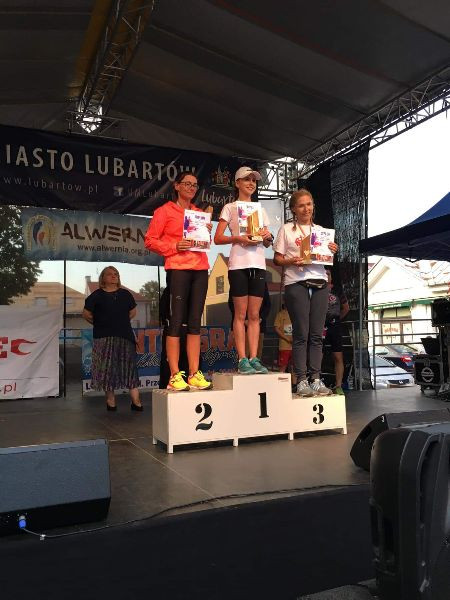 Magdalena Wójcicka na pierwszym stopniu podium w Lubartowie (link otworzy duże zdjęcie)