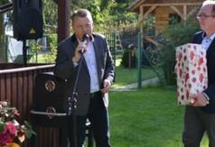 Członek Zarządu Powiatu w Kraśniku Tomasz Mularczyk wręczył na ręce Prezesa Rodzinnych Ogrodów Dzi