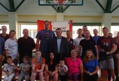 Uczestnicy turnieju wraz z Członkiem Zarządu Powiatu w Kraśniku Tomaszem Mularczykiem