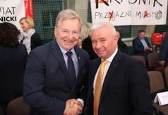 Starosta Kraśnicki Andrzej Rolla wraz z prezesem Polskiego Związku Zapaśniczego  Andrzejem Suproniem (link otworzy duże zdjęcie)