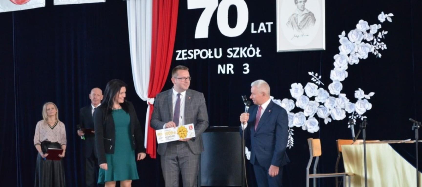 70 -lecie ZS nr 3 w Kraśniku. Na zdjęciu Dyrektor ZS nr 3 w Kraśniku Aneta Jabłońska -Ośka, Wicesta (link otworzy duże zdjęcie)