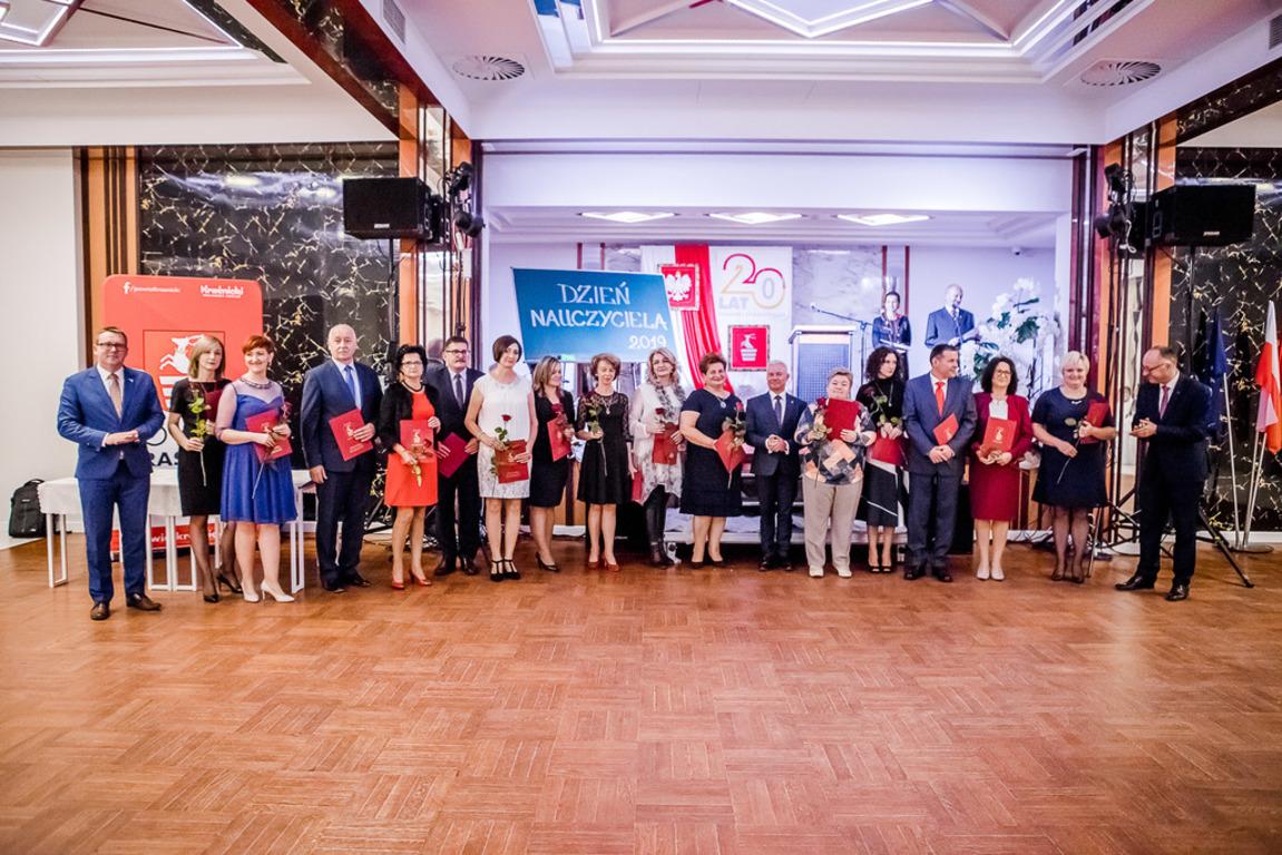 Wspólne zdjęcie osób nagrodzonych (link otworzy duże zdjęcie)