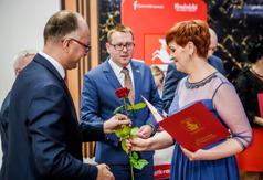 Wręczenie nagrody starosty Kraśnickiego Katarzynie Dudzie (link otworzy duże zdjęcie)