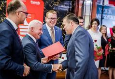 Wręczenie nagrody Starosty Kraśnickiego Pawłowi Porębskiemu (link otworzy duże zdjęcie)