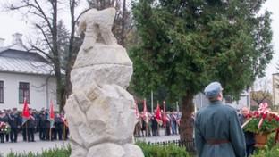 Złożenie kwiatów podczas 11 listopada przez Radnego Rady Powiatu w Kraśniku Tadeusza Dziurdę.
