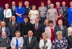 Na zdjęciu seniorzy, którzy świętowali 50-lecie pożycia małżeńskiego oraz Starosta Kraśnicki And