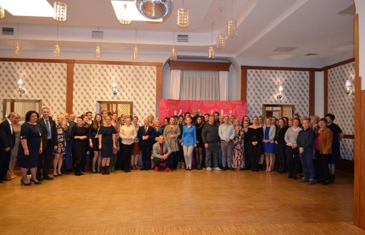 Zdjęcie grupowe ze spotkania Pracowników i Animatorów Kultury z terenu Powiatu Kraśnickiego. (link otworzy duże zdjęcie)