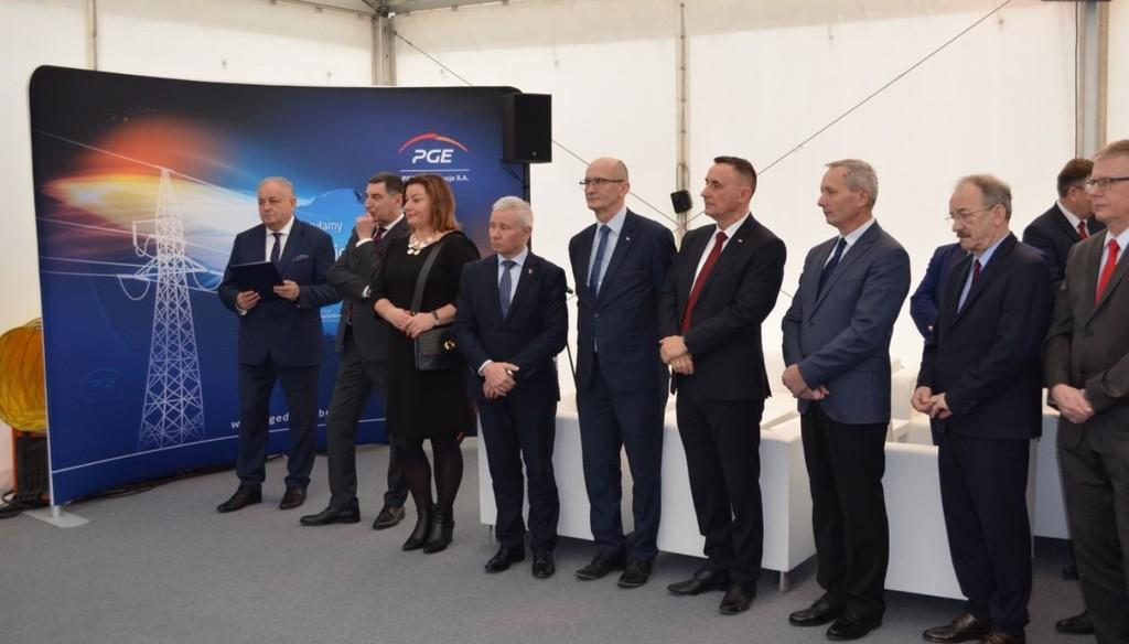 Na zdjęciu gospodarze oraz zaproszeni goście podczas uroczystego oddania do eksploatacji stacji GPZ Bud (link otworzy duże zdjęcie)
