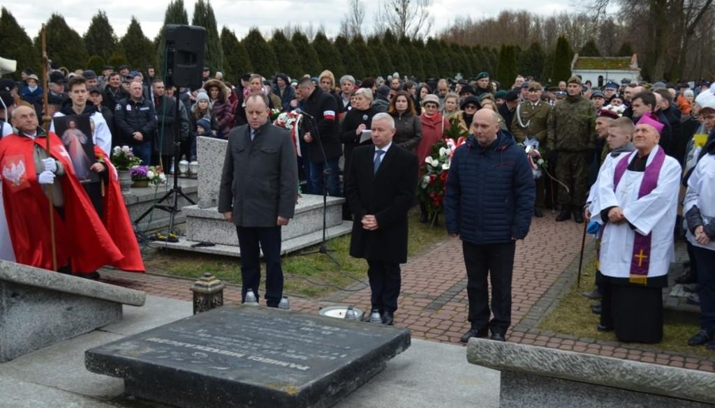 Przedstawiciele władz powiatowych oraz mieszkańcy Oddali hołd ofiarom pacyfikacji wsi Szczecyn i Boró (link otworzy duże zdjęcie)