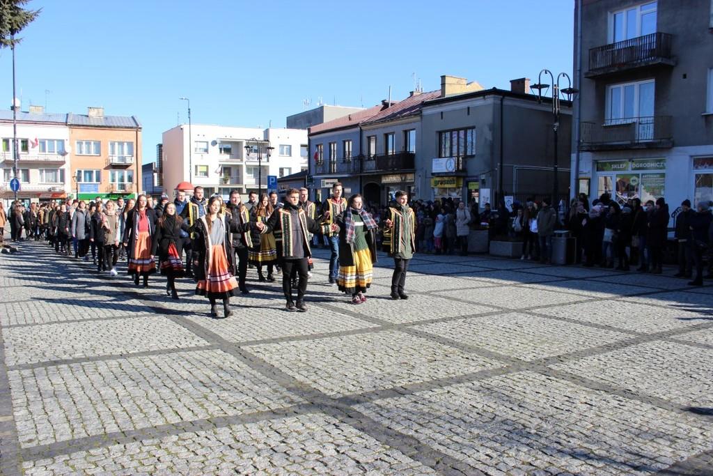 Na zdjęciu maturzyści z ZS nr 1 w Kraśniku tańczą poloneza na kraśnickim rynku. (link otworzy duże zdjęcie)