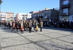 Na zdjęciu maturzyści z ZS nr 1 w Kraśniku tańczą poloneza na kraśnickim rynku.