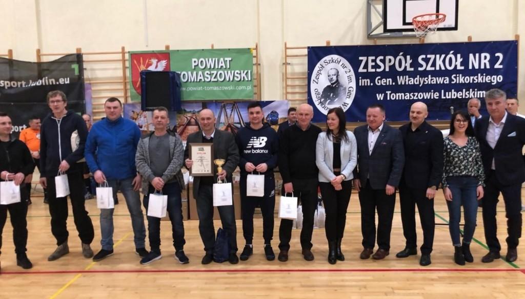 Na zdjęciu drużyna z Powiatu Kraśnickiego podczas turnieju z okazji 100 - lecia Lubelskiego Urzędu Wo (link otworzy duże zdjęcie)