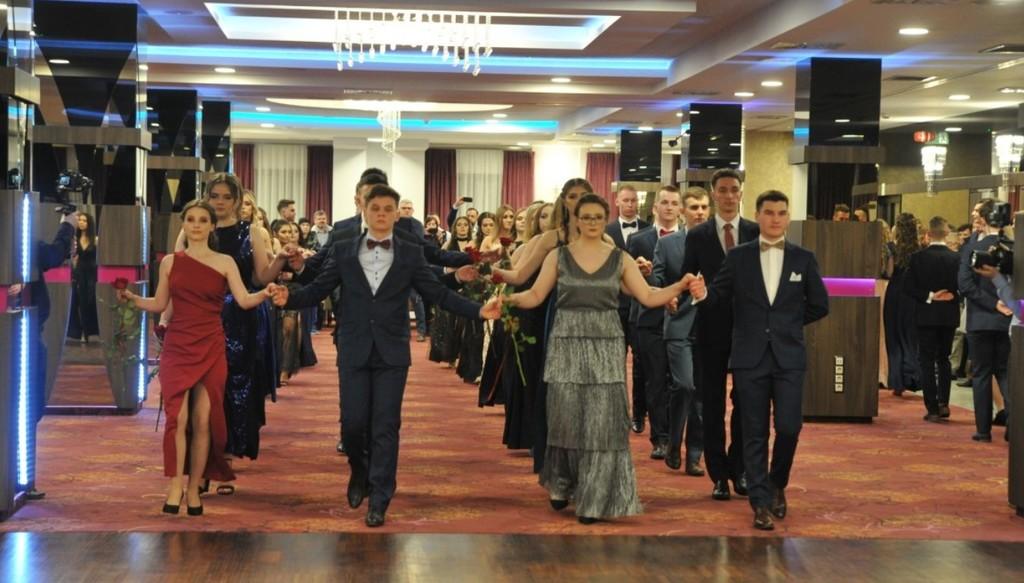 Na zdjęciu młodzież tańcząca poloneza. (link otworzy duże zdjęcie)