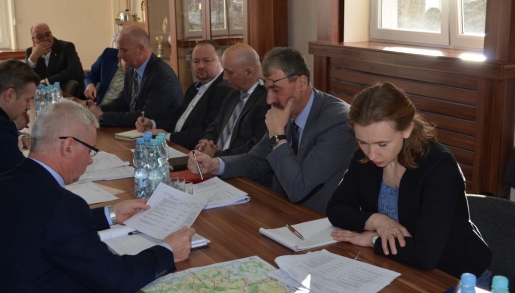 Spotkanie władz powiatu z wójtami i burmistrzami dotyczące inwestycji drogowych (link otworzy duże zdjęcie)