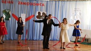Dzień Zawodowca w SOSW w Olbięcinie. Na zdjęciu tańcząca młodzież.