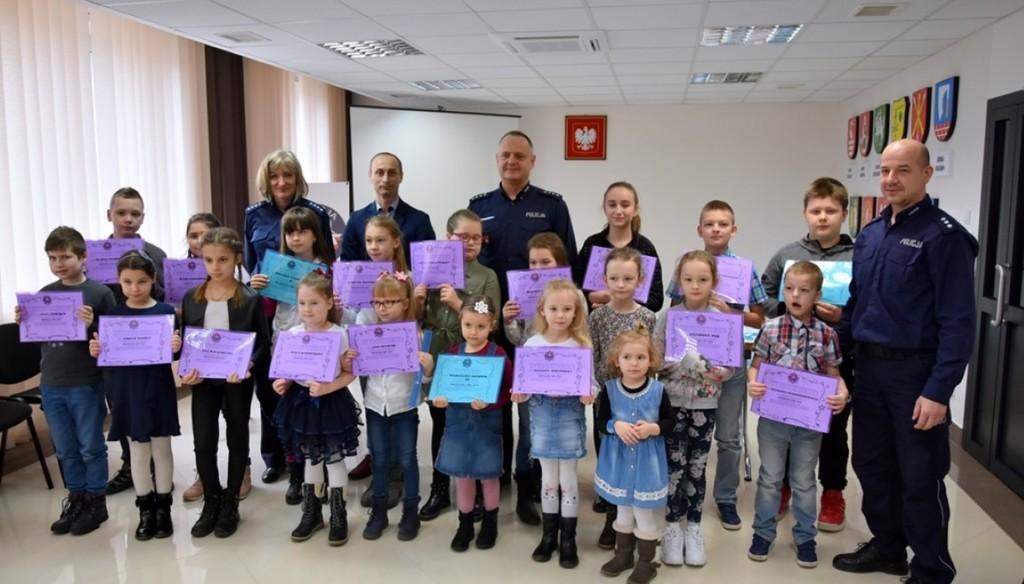 Organizatorzy oraz nagrodzeni uczestnicy konkursu Bezpieczna zima. (link otworzy duże zdjęcie)