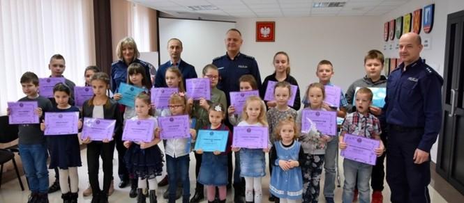Organizatorzy oraz nagrodzeni uczestnicy konkursu Bezpieczna zima.