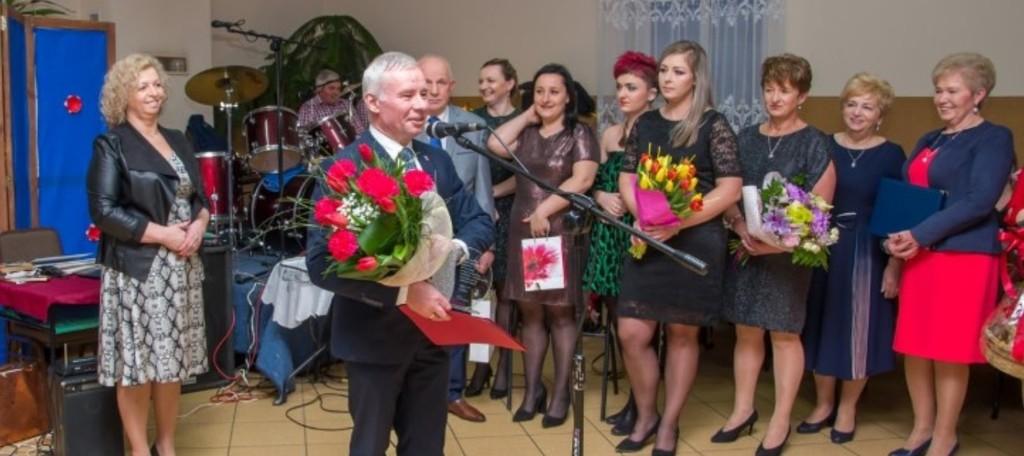 Na zdjęciu Starosta Kraśnicki Andrzej Rolla trzymający bukiet róż. (link otworzy duże zdjęcie)