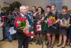 Na zdjęciu Starosta Kraśnicki Andrzej Rolla trzymający bukiet róż.