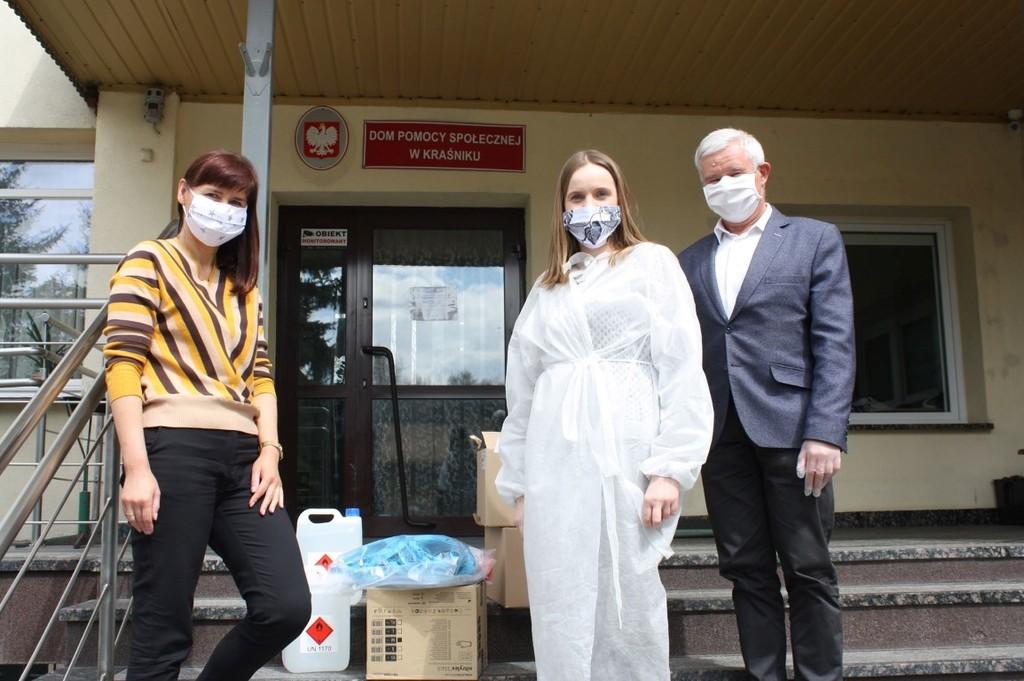 Na zdjęciu Dyrektor Domu Pomocy Społecznej w Kraśniku Katarzyna Skorupa i pracownica dps-u oraz Staros (link otworzy duże zdjęcie)