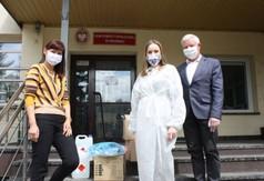 Na zdjęciu Dyrektor Domu Pomocy Społecznej w Kraśniku Katarzyna Skorupa i pracownica dps-u oraz Staros