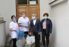 Na zdjęciu Starosta Kraśnicki Andrzej Rolla wraz z Dyrektorem DPS Gościeradów Elżbietą Spyra i prac (link otworzy duże zdjęcie)