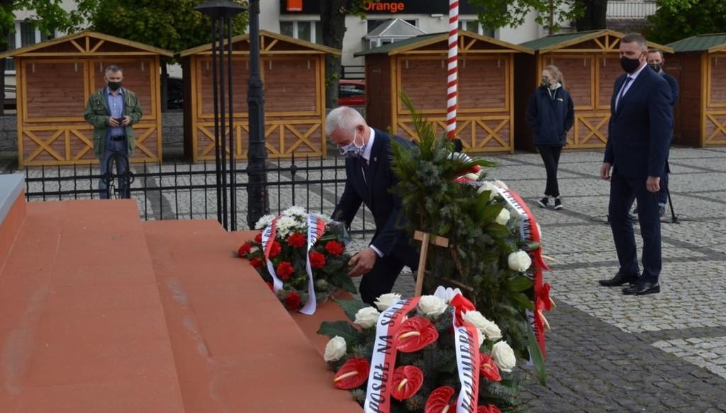 Starosta Kraśnicki Andrzej Rolla składający wiązankę kwiatów pod pomnikiem Józefa Piłsudskie (link otworzy duże zdjęcie)