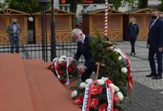 Starosta Kraśnicki Andrzej Rolla składający wiązankę kwiatów pod pomnikiem Józefa Piłsudskie