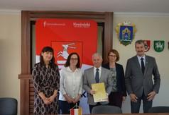 Na zdjęciu od lewej Dyrektor DPS w Kraśniku Katarzyna Skorupa, Dyrektor Regionalnego Ośrodka Polityki