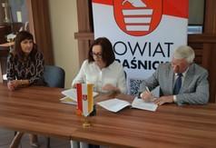 Na zdjęciu od lewej Dyrektor DPS w Kraśniku Katarzyna Skorupa, Dyrektor Regionalnego Ośrodka Poli (link otworzy duże zdjęcie)
