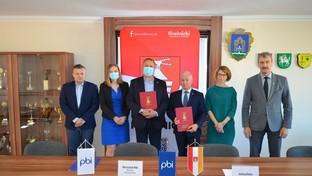 Na zdjęciu od lewej Z-ca Dyrektora Zarządu Dróg Powiatowych Michał Kondracki,Dyrektor Zarządu Dróg