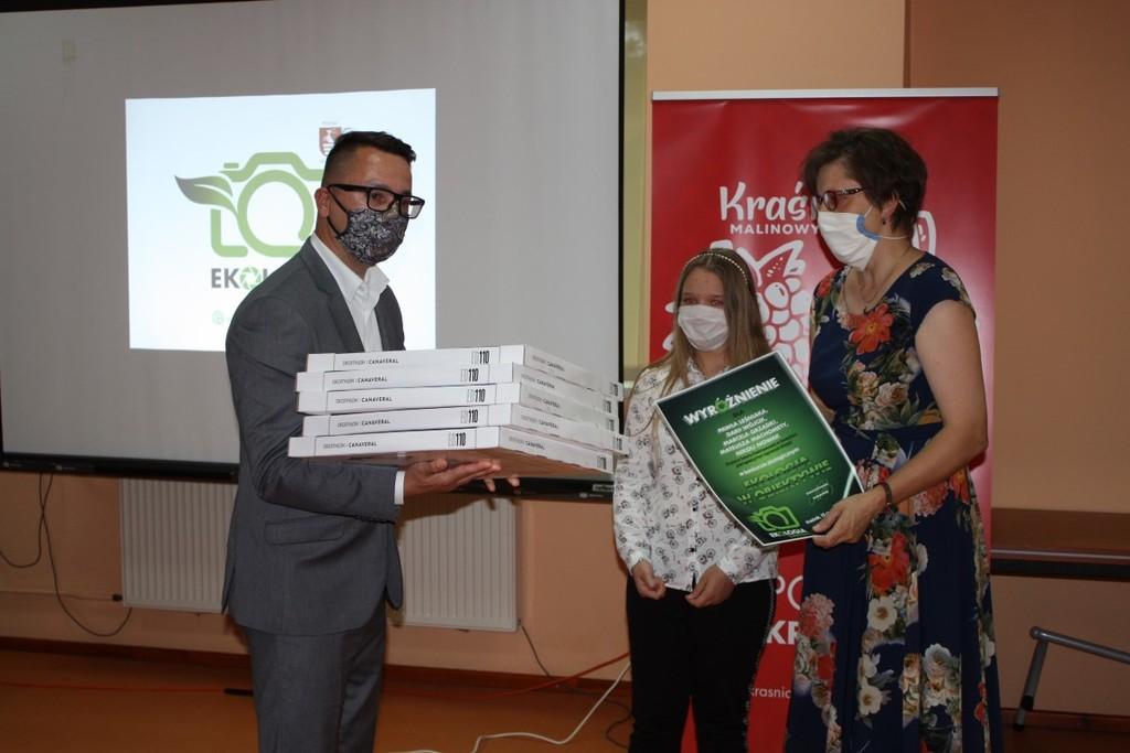 Sekretarz Powiatu wręcza nagrody w konkursie Ekologia w obiektywie (link otworzy duże zdjęcie)