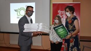 Sekretarz Powiatu wręcza nagrody w konkursie Ekologia w obiektywie