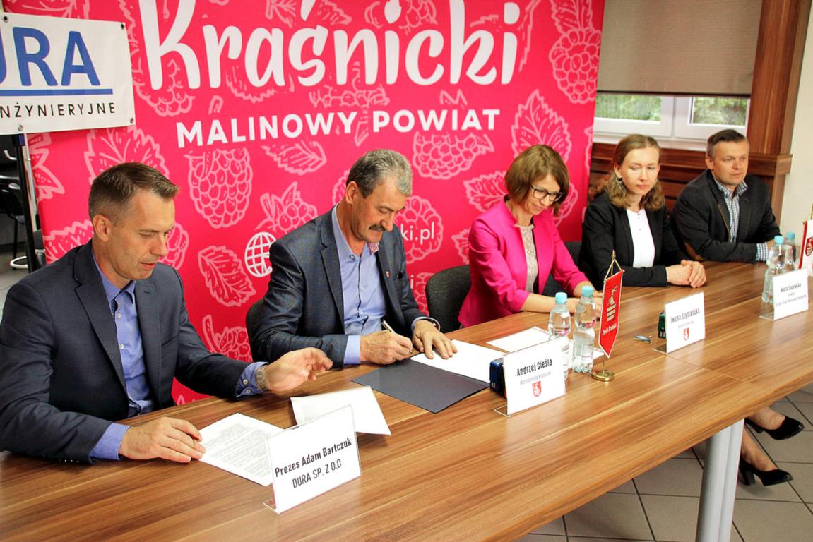 Przedstawiciele Zarządu Powiatu, Spółki DURA i Zarządu Dróg Powiatowych w Kraśniku podczas pod (link otworzy duże zdjęcie)