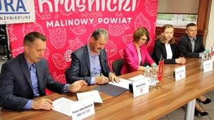 Przedstawiciele Zarządu Powiatu, Spółki DURA i Zarządu Dróg Powiatowych w Kraśniku podczas podpisan