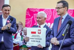Premier Mateusz Morawiecki odwiedził Kraśnik. Na zdjęciu Starosta Kraśnicki odbiera od Premiera