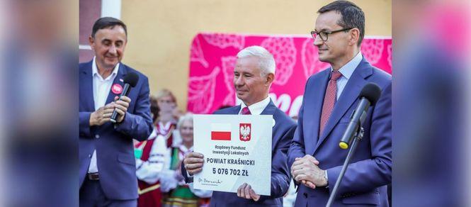 Premier Mateusz Morawiecki odwiedził Kraśnik. Na zdjęciu Starosta Kraśnicki odbiera od Premiera prome