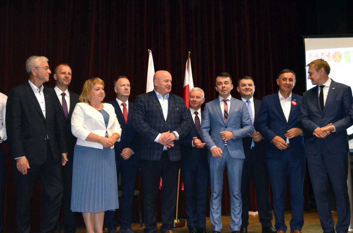 Podczas spotkania w Ośrodku Kultury w Janowie Lubelskim podpisano porozumienie w sprawie budowy lin (link otworzy duże zdjęcie)