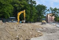 Prace nad budową boiska wielofunkcyjnego przy Zespole Szkół numer 3 w Kraśniku (link otworzy duże zdjęcie)