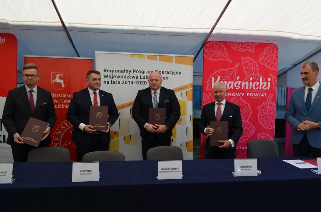 Od lewej Wicestarosta Janowski Michał Komacki, Starosta Janowski Pan Artur Pizoń, Marszałek Wojew (link otworzy duże zdjęcie)