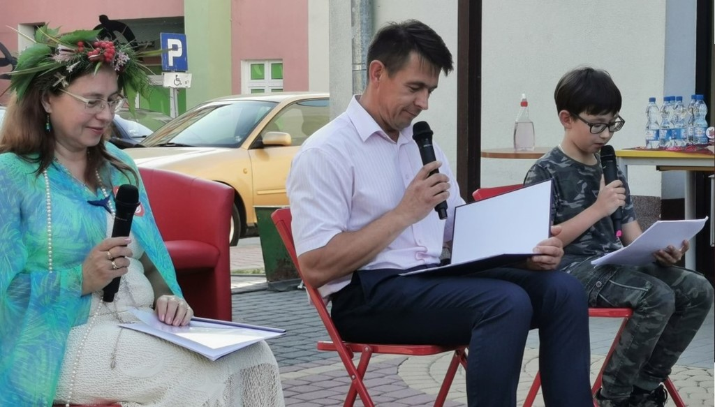 Przewodniczący Rady Powiatu w Kraśniku Jacek Dubiel czyta Balladynę Juliusza Słowackiego. (link otworzy duże zdjęcie)