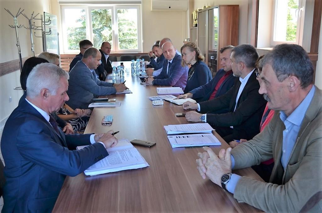 Władze powiatu, burmistrzowie, wójtowie i przedstawiciele jednostek samorządu. (link otworzy duże zdjęcie)