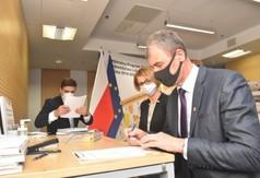 Wicestarosta Kraśnicki Andrzej Cieśla podpisuje umowę. (link otworzy duże zdjęcie)