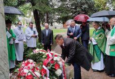 Przewodniczący Rady Powiatu Jacek Dubiel składa wiązankę kwiatów.