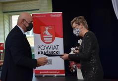 Wicekurator Oświaty w Lublinie Eugeniusz Pelak wręcza nagrodę dyrektorowi Zespołu Szkół numer (link otworzy duże zdjęcie)