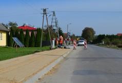 Przebudowa chodnika przy drodze powiatowej numer 2735L w miejscowości Stróża Kolonia w gminie Kra (link otworzy duże zdjęcie)