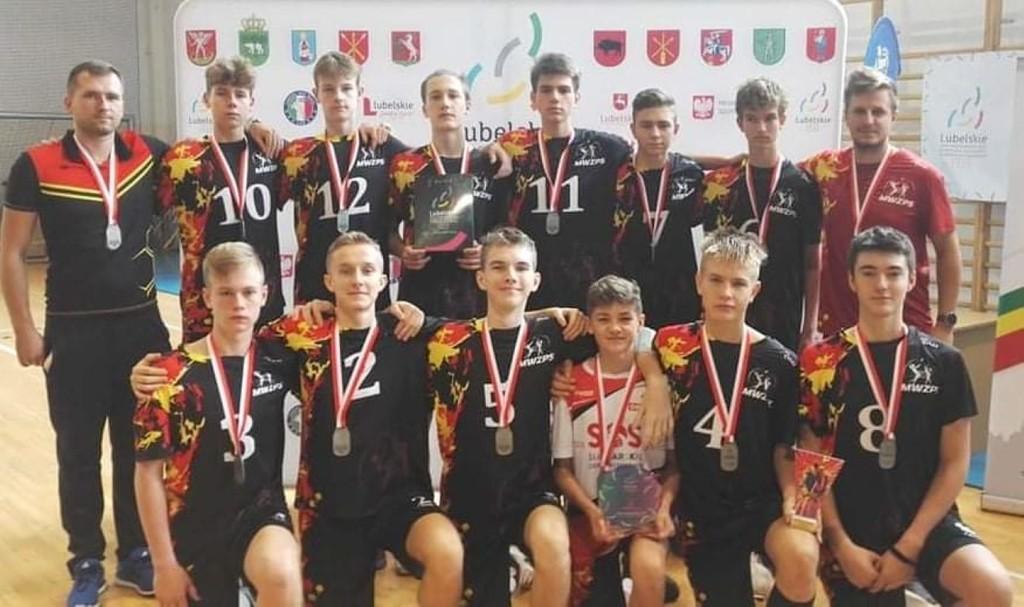 Zdjęcie drużyny piłki siatkowej chłopców rocznik 2006 (link otworzy duże zdjęcie)